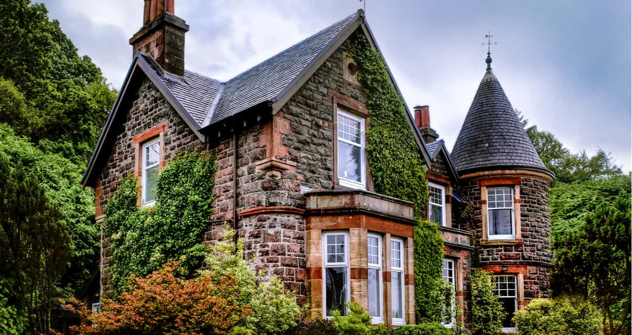Looking to buy a 100-year-old house? Before you let the enchantment of the home sway you, make sure you're making the right choice. Here's what you should know.